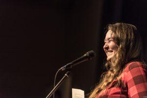 Marina Sigl lachend auf einer Bühne